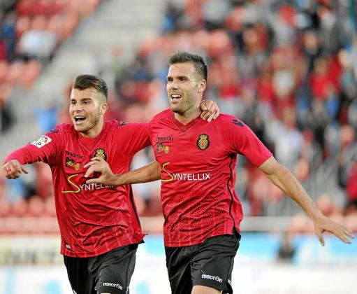 Pol Roigé felicita a Alfredo Ortuño tras anotar el gol contra el Tenerife este pasado sábado.