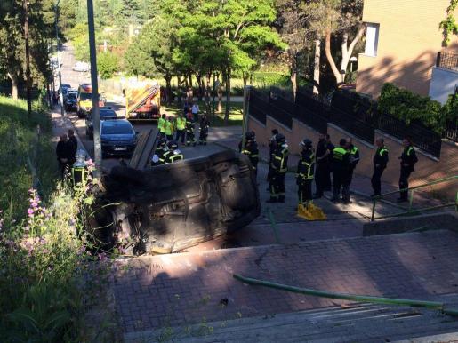 El conductor, que no tenía antecedentes, se ha precipitado por las escaleras de la avenida de los Mártires Maristas, Dehesa de la Villa, provocando la muerte de la copiloto.