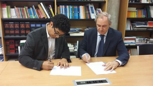 Aligi Molina y Martín Aleñar durante la firma del convenio.