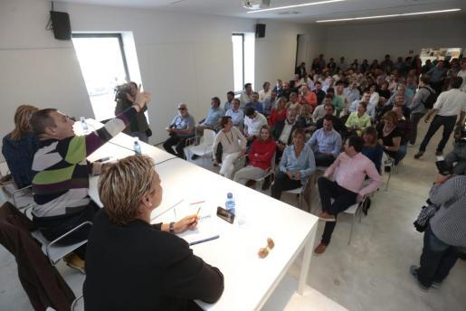 Jeroni Salom dirigiéndose a los presentes durante la Junta Insular de Mallorca celebrada en el Museu del Calçat de Inca,