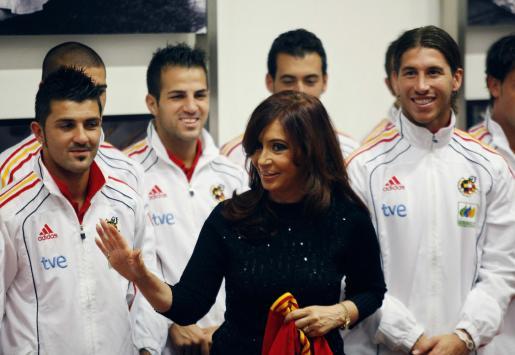 La presidenta argentina, Cristina Fernández, con los jugadores de la selección española en la Casa Rosada.