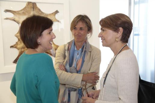 La delegada del Gobierno, Teresa Palmer, entre las concejales del PP de Palma María José Bauzá y Marga Durán.