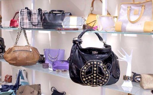 La Rochelle cuenta con bolsos de Prada o Louis Vuiton, cinturones Dolce & Gabbana o Roberto Cavalli, zapatos Christian Dior o Gucci, gafas Bvlgari...