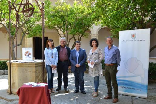 Catalina Riera, Pedro Rosselló, Antònia Llodrà, Mateu Juan y Bernadí Bou presentaron el programa de las Fires i Festes de Primavera de Manacor.