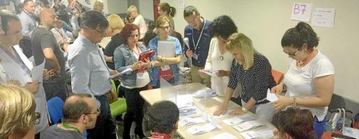 Mucha gente se quedó, hasta altas horas de la noche, esperando el recuento de los votos de las cuatro juntas de personal de Mallorca y la de personal funcionario. Con las votaciones del martes ya se han renovado todas las juntas de personal del Servei de Salut.