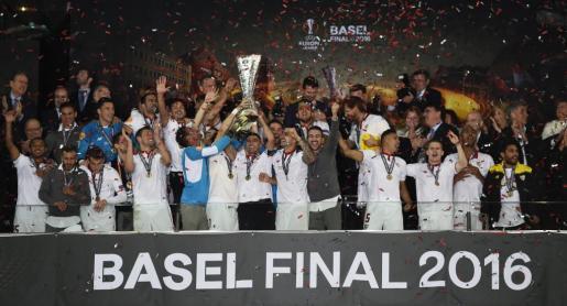 Los jugadores del Sevilla celebran la consecución de su tercera Europa League consecutiva, la quinta para el club. Foto: Dylan Martinez