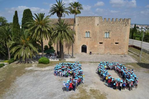 Alumnos de Manacor realizaron un mosaico conmemorativo del 90 aniversario de la apertura del museo.