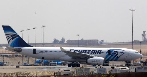 Imagen de archivo con fecha del 29 de marzo de 2016 muestra un avión de la aerolínea EgyptAir después de su aterrizaje en El Cairo (Egipto). De acuerdo con informes de medios un avión Airbus A320 del vuelo MS804 de la aerolínea EgyptAir desapareció del radar a unas 10 millas (16km) después de entrar en el espacio aéreo de Egipto.