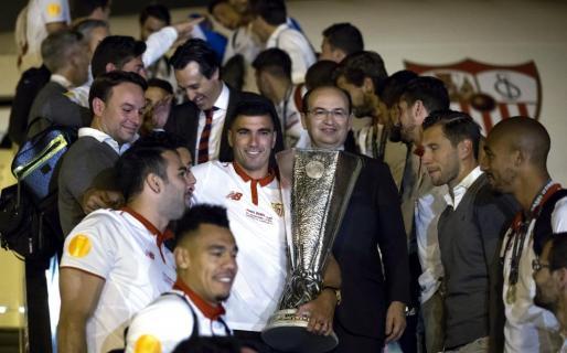 José Antonio Reyes, capitan del Sevilla FC y el presidente del club, José Castro, a su llegada al aeropuerto de la capital andaluza con la quinta Copa de la Liga Europa.
