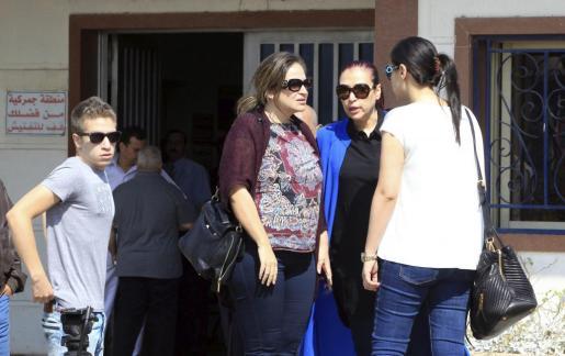 Familiares de los pasajeros del vuelo desaparecido llegan al aeropuerto de El Cairo.