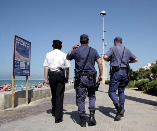 Agentes de la Policía Nacional, en una imagen de archivo, en la Platja de Palma.