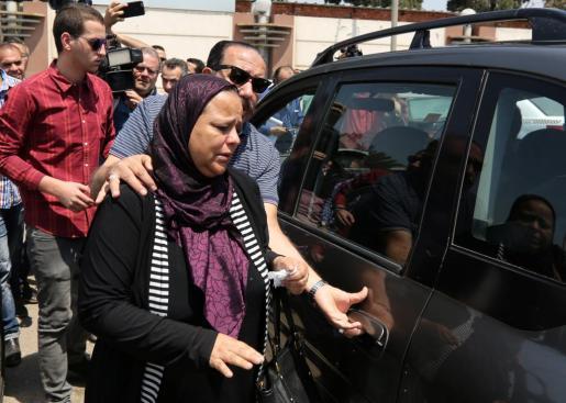 Familiares de los pasajeros del avión egipcio desaparecido, en el aeropuerto de El Cairo, adonde tenía que haber llegado la nave.