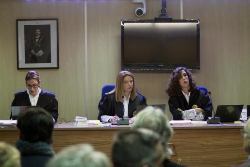 Las juezas de la sección primera de la Audiencia de Palma Rocío Martín, Samantha Romero y Eleonor Moyà (de izquierda a derecha), forman el tribunal que juzga el caso Nóos.