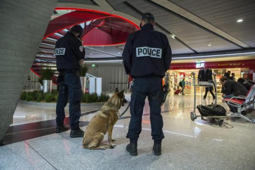 Agentes de la Policía del Aire y de las Fronteras (PAF) montan guardia en el aeropuerto de Charles de Gaulle de París.