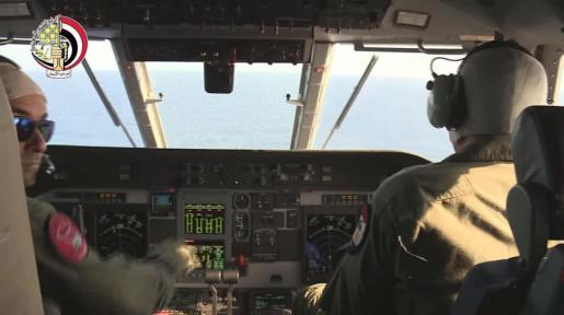 Fotograma de un vídeo facilitado por el Ministerio de Defensa Egipcio que muestra a los pilotos de un avión de las Fuerzas Armadas de Egipto durante las operaciones de búsqueda del restos del avión de Egyptair siniestrado ayer.