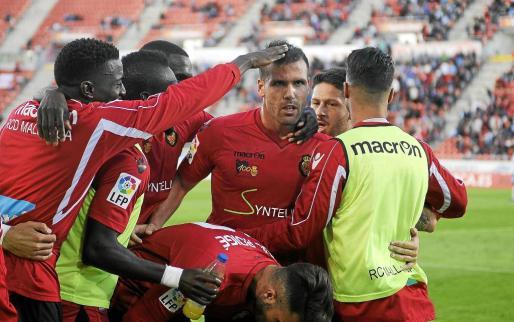 Alfredo Ortuño es felicitado por sus compañeros después de marcar ante el Tenerife.