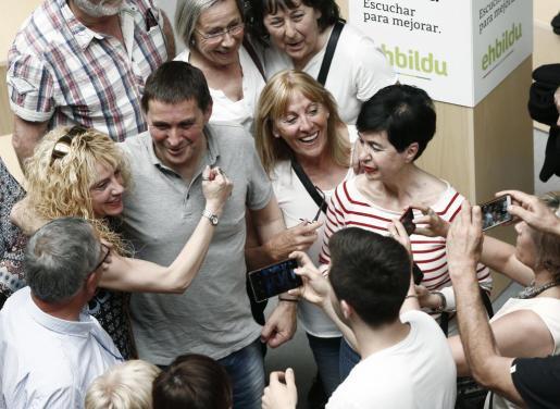 El portavoz de Sortu, Arnaldo Otegi (c), se toma una fotografía con un grupo de personas al termino de un acto público.