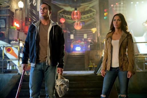 Fotograma del actor Stephen Amell y la actriz Megan Fox en la película 'Teenage Mutant Ninja Turtles: Out of the Shadows'.
