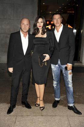 """La actriz italiana Monica Bellucci vuelve a convertirse en una """"femme fatale"""", para protagonizar esta vez el nuevo anuncio de la marca de bebidas Martini, en el que también participan los diseñadores de moda italianos Dolce & Gabbana."""