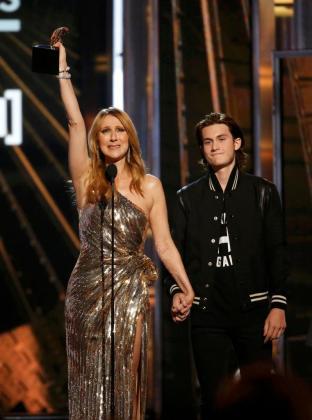 Celine Dion recogió el premio de manos de su hijo Rene Charles.