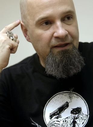 Fotografía de archivo del 18/03/2010 de César Strawberry, el letrista y líder de la banda Def Con Dos.