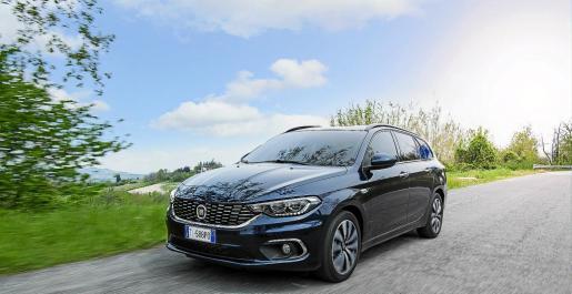El coche llama la atención por su aspecto robusto y de fuerte personalidad.