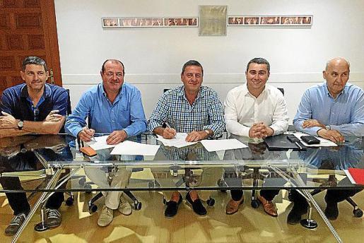 Ferrà, Burguera, Rotger, Moreno y Batle, durante la firma.