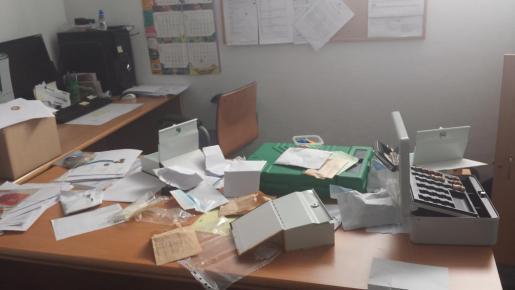 Los ladrones forzaron las puertas de los despachos y de los cajones de las mesas hasta hacerse con las llaves de la caja fuerte en la que estaba guardado el dinero sustraído.