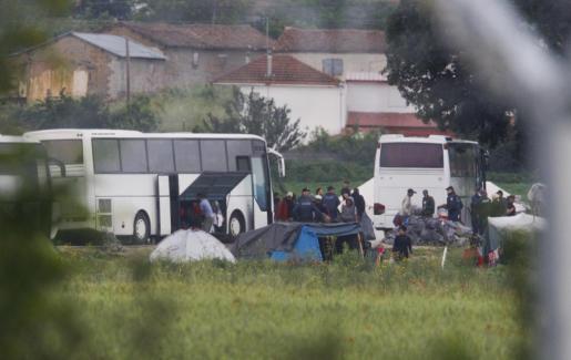 Varios autobuses, recogiendo a los refugiados.