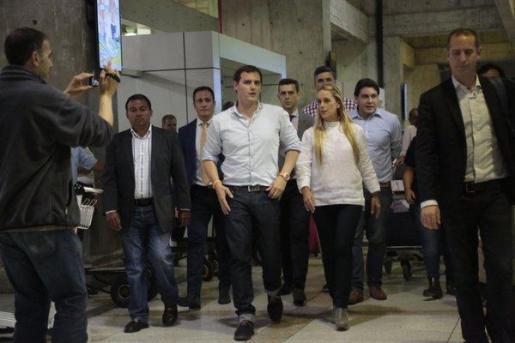 Albert Rivera ha sido recibido por el embajador español en Caracas, Antonio Pérez-Hernández, y por la mujer del líder opositor Leopoldo López, Lilian Tintori .