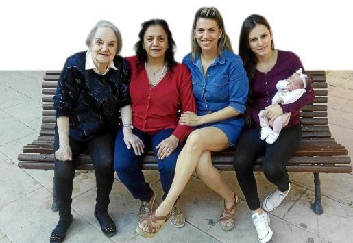 Elvira, la tatarabuela; Ana María Vega, la bisabuela; Ana María Pérez, la abuela; Virginia, la madre y Yanira, la pequeña bebé.