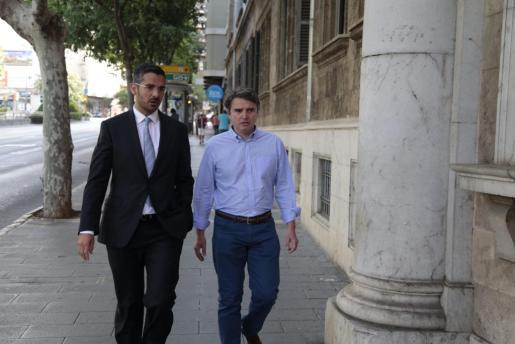 Raimundo Alabern junto a su abogado Jaume Campaner.