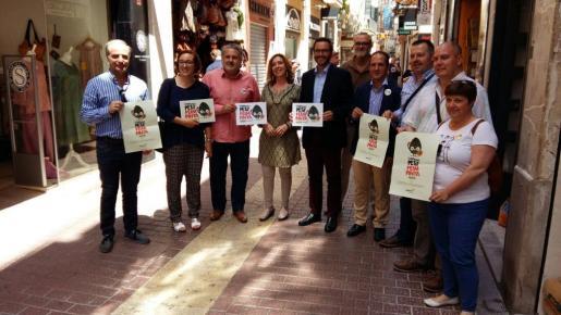 El alcalde de Palma, José Hila, y la regidora de Comercio, Joana Maria Adrover, han acompañado al presidente de Pimeco, Bernat Coll, en la inauguración la campaña 'Una piña de regals'.
