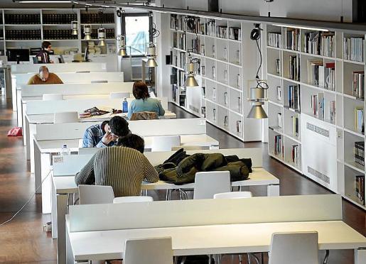 La biblioteca municipal, en el primer piso del claustro de Sant Domingo.