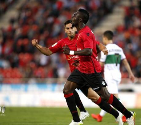 El jugador del Real Mallorca Lago Junior celebra el 1-0 del conjunto bermellón ante el Elche en Son Moix.