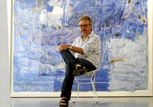 Luis Maraver posó ayer delante de uno de sus nuevos cuadros.