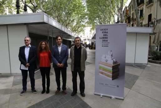 Toni Sureda, Aurora Jhardi, Francesc Miralles y Rafel Creus, en el Passeig del Born de Palma.