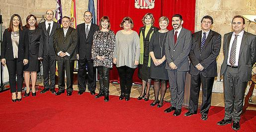 Los miembros del Consell Consultiu, con Francina Armengol y Xelo Huertas.