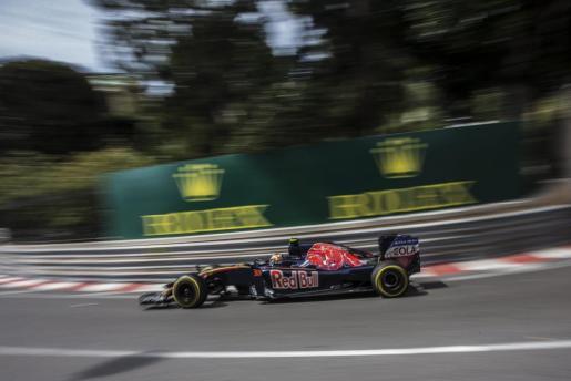 El piloto madrileño Carlos Sainz, de Toro Rosso, durante una sesión de entrenamiento en el circuito de Montecarlo en Mónaco, este jueves 26 de mayo de 2016.