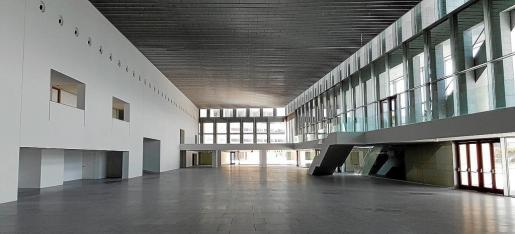 Sala principal del Palacio de Congresos, donde Acciona ultima sus últimos retoques antes de dejar la obra definitivamente.