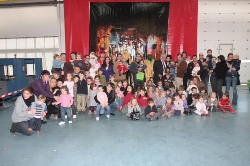 Foto de grupo de los Reyes Magos y los niños que recogieron su regalo.