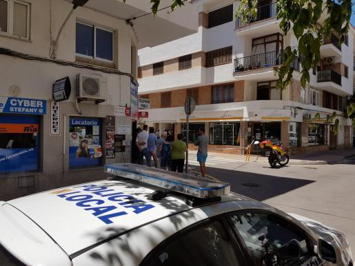 La policía acordonó la escena del crimen ante la mirada de los curiosos vecinos.