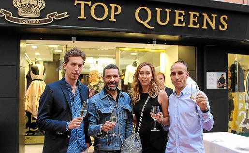 Los propietarios Tomeu Garcías, Xisca Garcías y Pedro Llinás, con el cantante Jaume Anglada.
