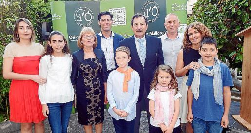 Josep Oliver, rodeado de su familia: Margalida Oliver, Inès Tugores, Maria C. Cortès, Rafel Oliver, Rafel Tugores, Josep Oliver, Mireia Oliver, Miquel Tugores, Eugènia Vila y Pep Oliver (Jr.).
