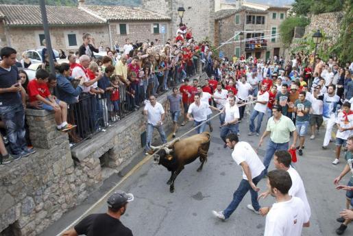 Imagen de archivo de la celebración del Correbou de Fornalutx.
