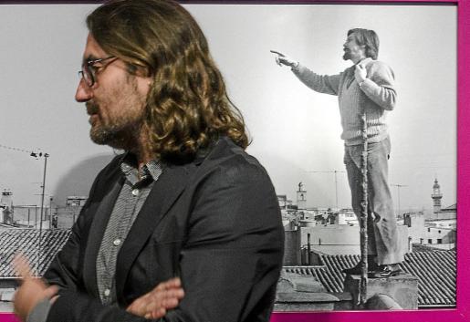 Julià Guillamon, comisario de la exposición, ante una fotografía del escritor Baltasar Porcel.