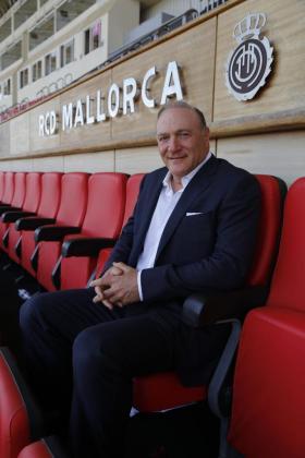 Andy Kohlberg, accionista del Real Mallorca, posa en las gradas del estadio de Son Moix.