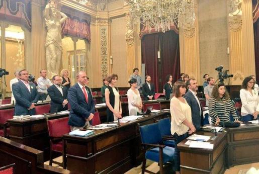 Imagen del minuto de silencio en el Parlament.