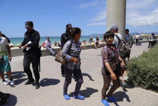 Operación de la Policía Nacional contra las masajistas de playa.