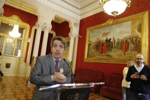 El diputado de Ciudadanos Xavier Pericay atiende a los medios de comunicación tras la eliminación por parte del Parlament del nivel 33 de los funcionarios.